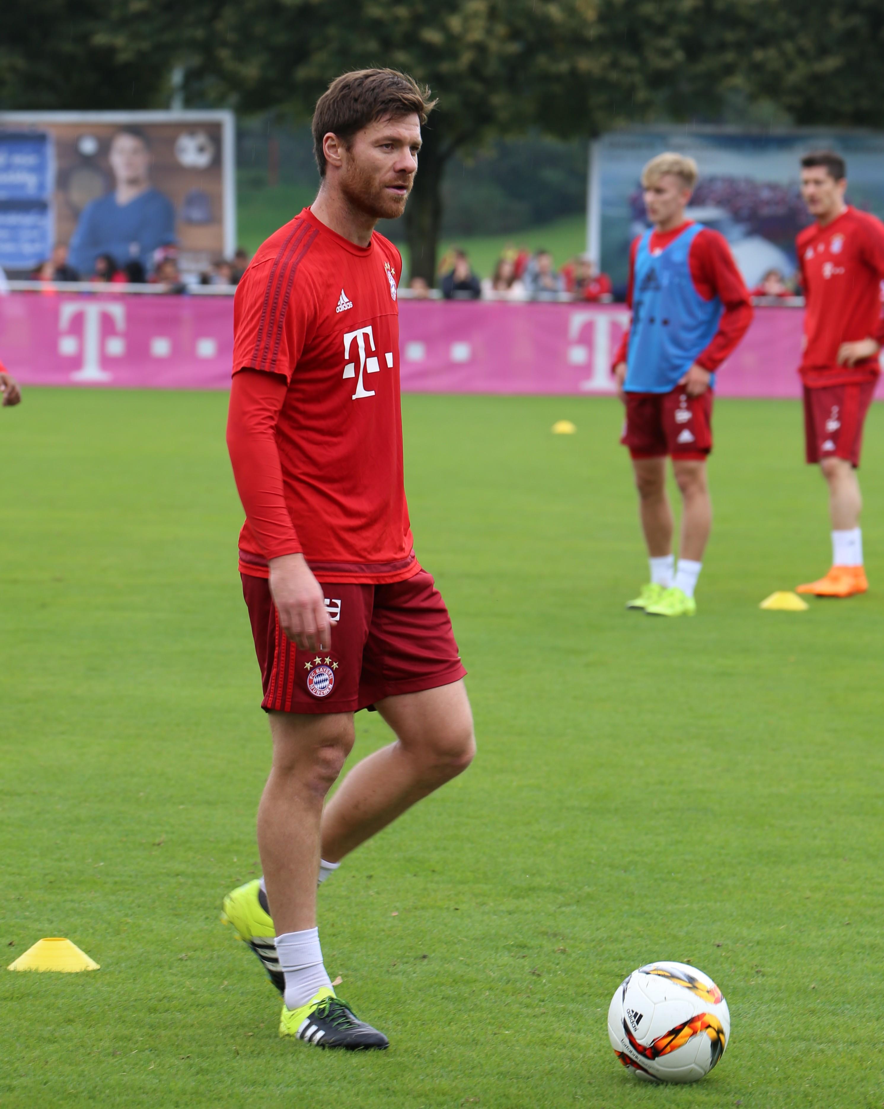 File Xabi Alonso Training FC Bayern München 6 Wikimedia mons