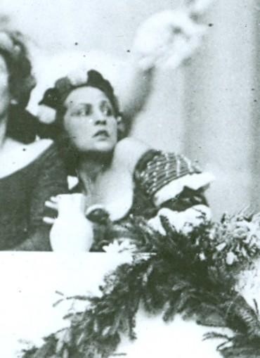 Datei:1920 Jedermann DagnyServaes AlexanderMoissi LuisRainer Tischgesellschaft Archiv SF Foto Ellinger (cropped).jpg