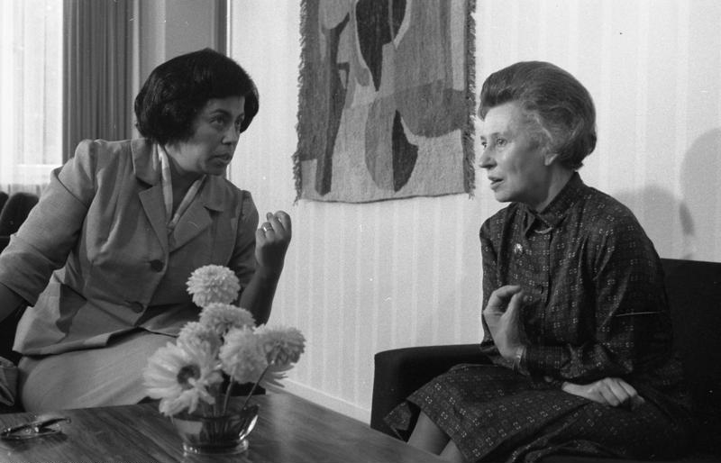 Elisabeth Schwarzhaupt (rechts) 1963