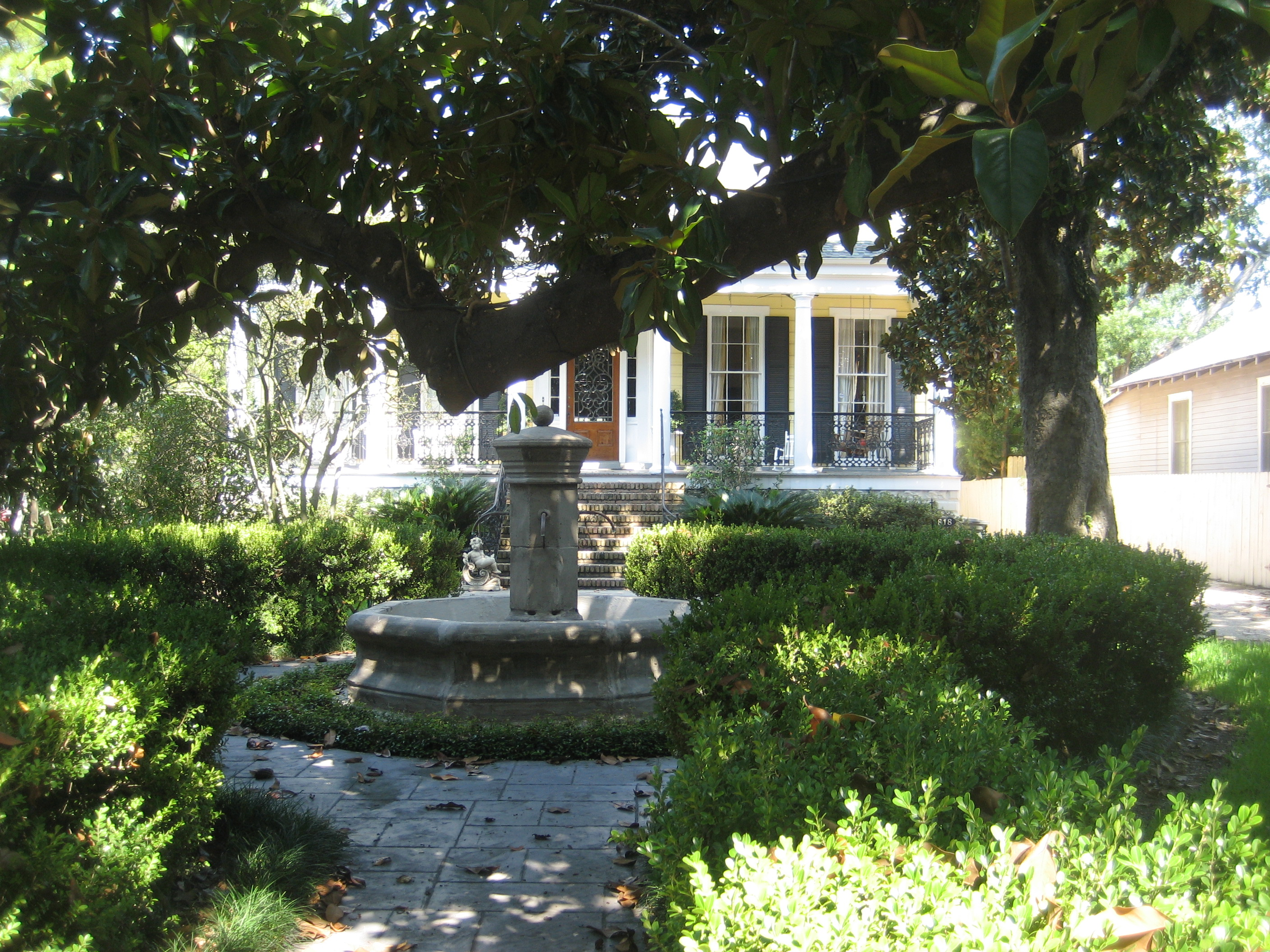 File:Carrollton Ave Front Yard Fountain Aug 2009.JPG