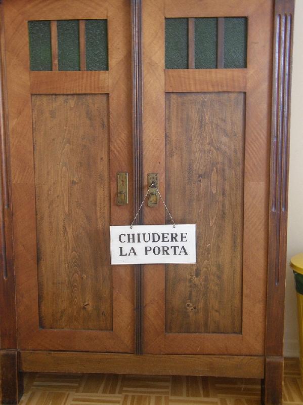 File chiudere la porta 01 raboe jpg wikimedia commons for La porta media