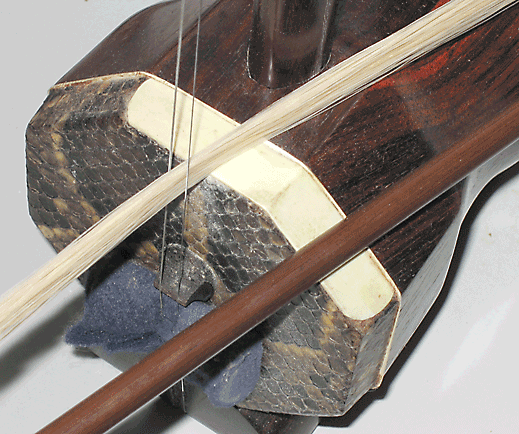 Erhu bow hair between strings