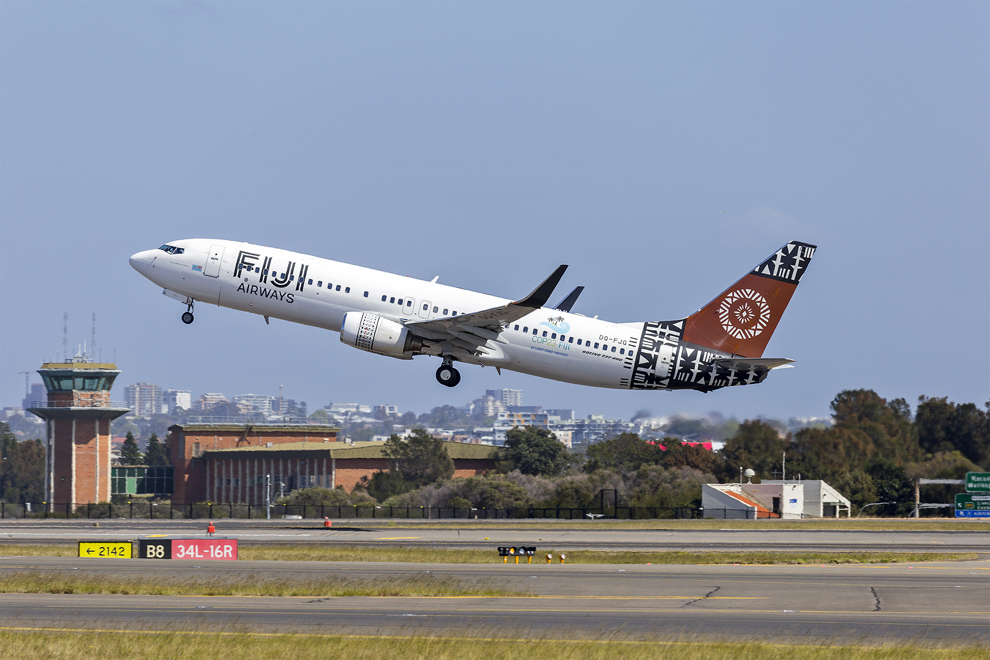 File:Fiji Airways (DQ-FJG) Boeing 737-8X2(WL) at Sydney
