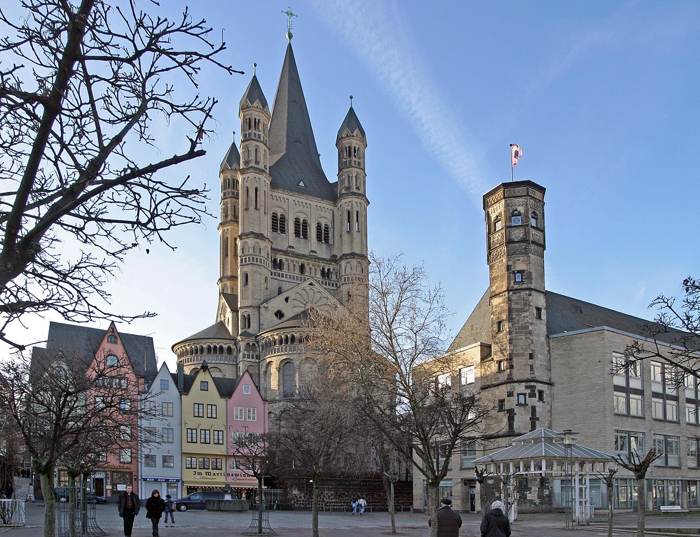 Groß St. Martin ist die größte und markanteste der romanischen Kirchen. Im Vordergrund Rheinfront mit Stapelhaus.
