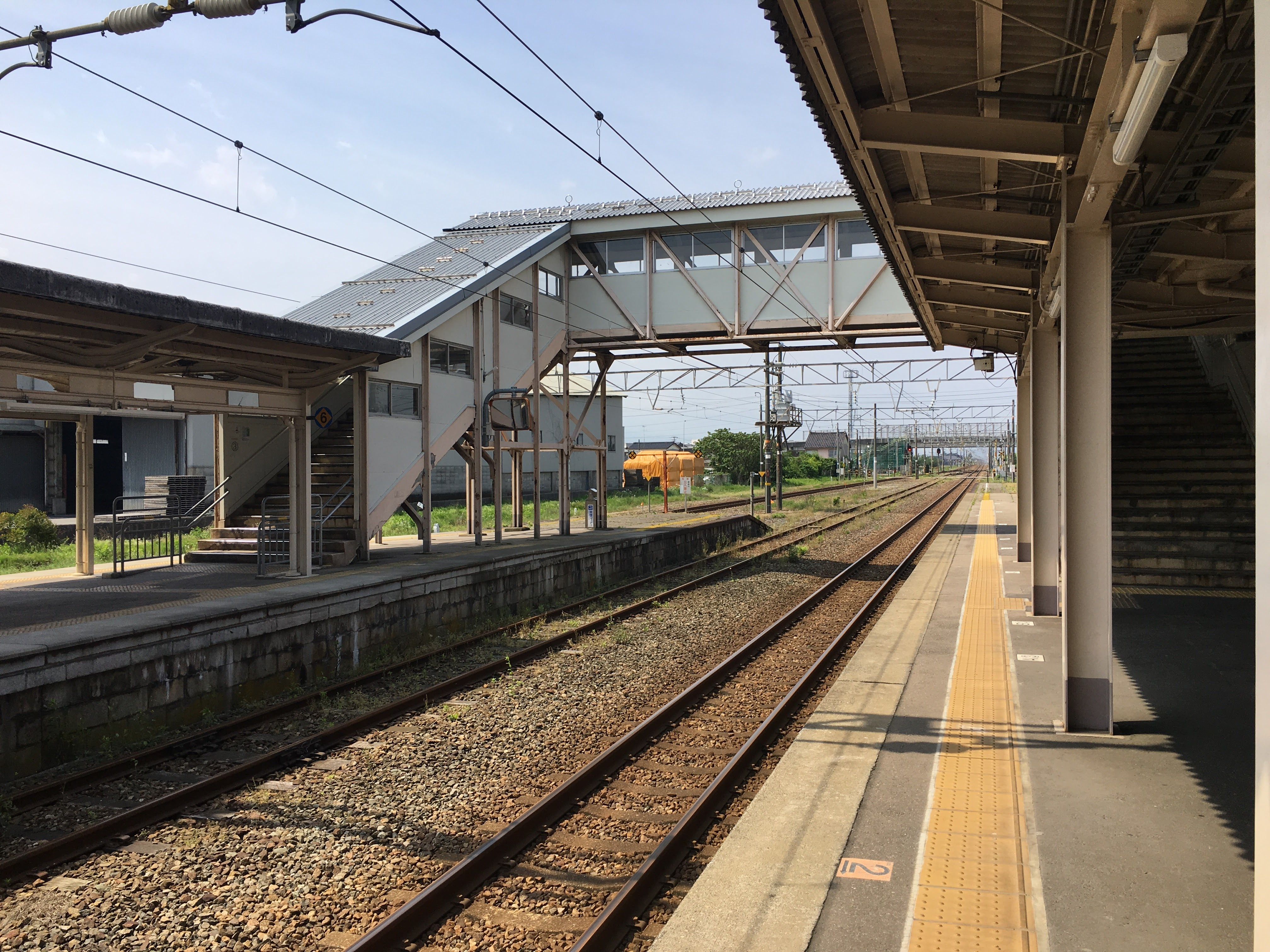https://upload.wikimedia.org/wikipedia/commons/8/8f/Fukuoka_station%289%29.jpg