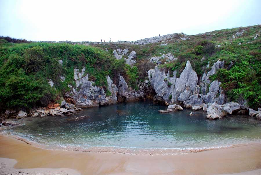 Playa de gulpiyuri wikipedia for Piscinas naturales cantabria