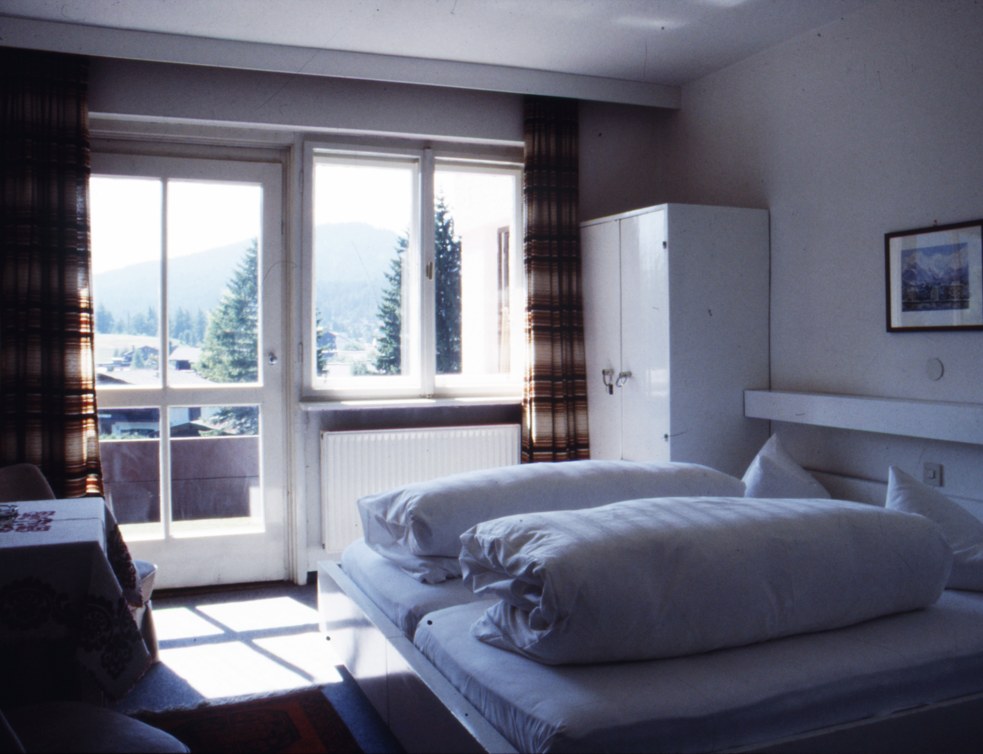 Zimmereinrichtung  File:Hotel Berghof, Seefeld in Tirol, Zimmereinrichtung von ...