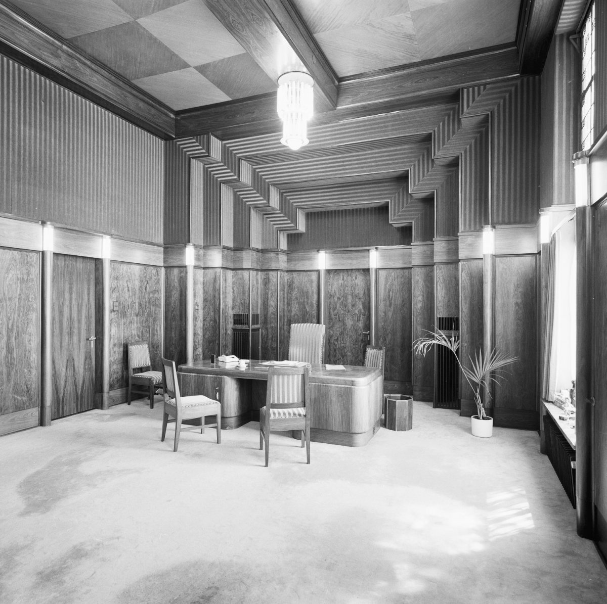File interieur art deco interieur raadhuis tilburg for Photo deco interieur