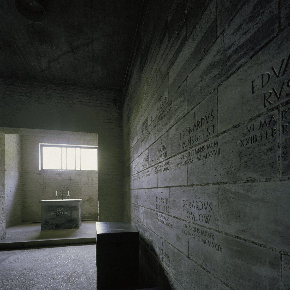 File interieur muur in de crypte met namen met bestaand for Interieur licht