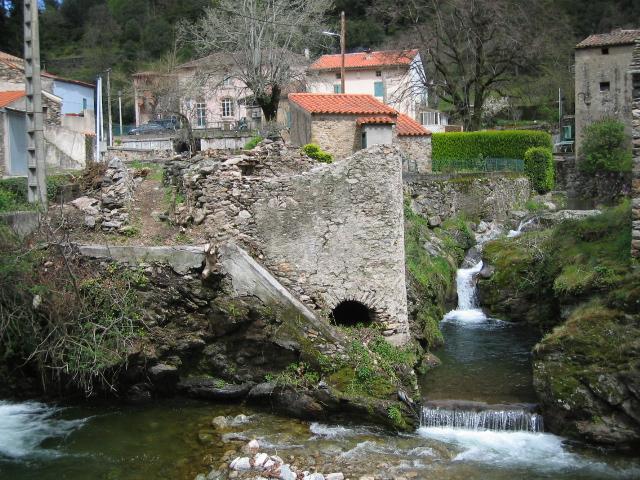 Castanet-le-Haut (Hérault)-Le Moulin de la Saigne du XVIe siècle, sur le ruisseau de Capials.Cité dans un acte de reconnaissances féodales de 1595