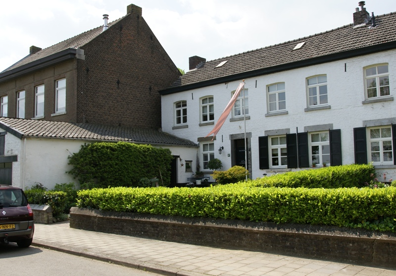 Huis met latere bovenverdieping onder een zadeldak vensters en ingang in naamse steen in - Huis ingang ...