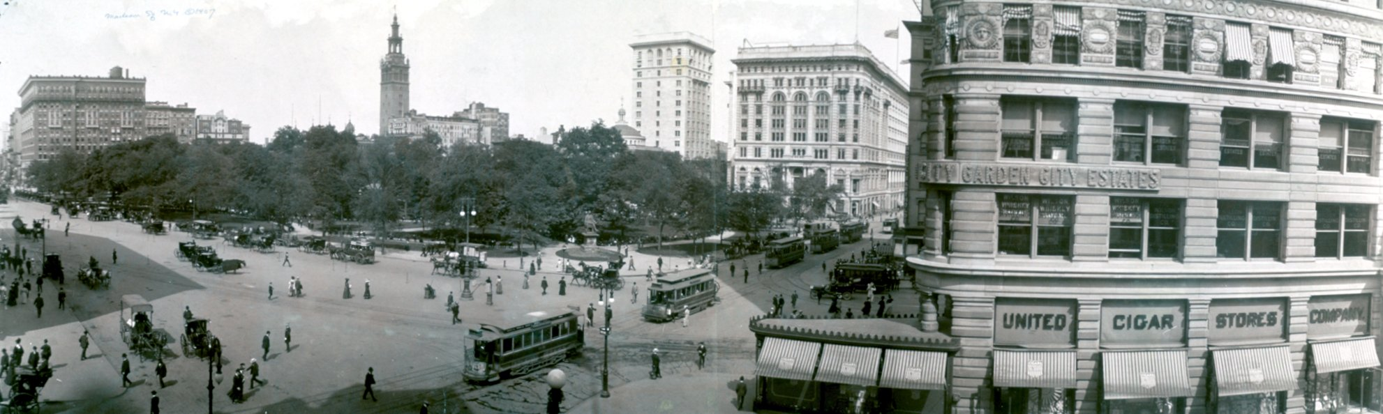 https://upload.wikimedia.org/wikipedia/commons/8/8f/Madison_square_new_york_1908.jpg