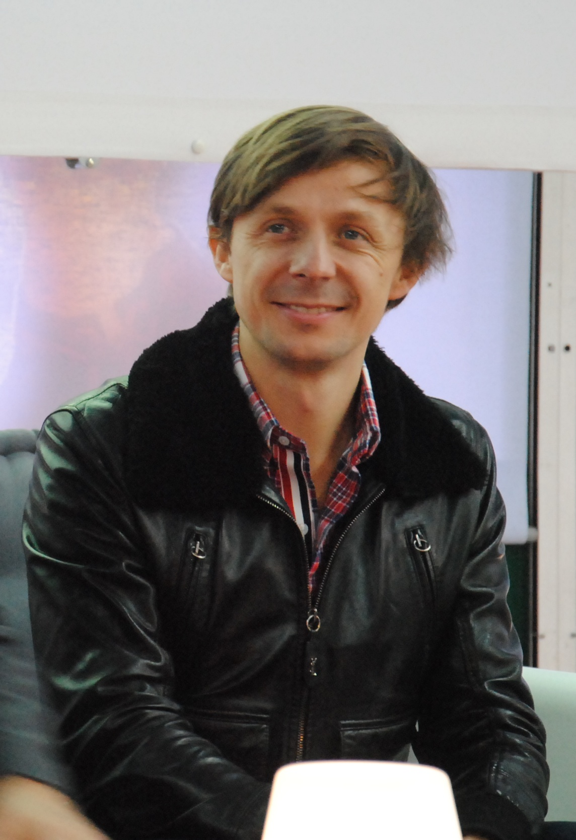 The 42-year old son of father (?) and mother(?) Martin Solveig in 2018 photo. Martin Solveig earned a  million dollar salary - leaving the net worth at 5 million in 2018