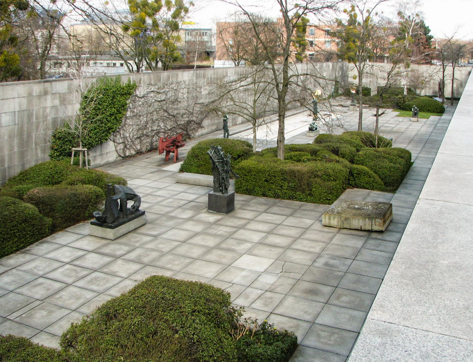 File Neue Nationalgalerie Sculpture