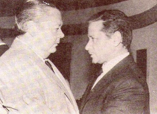 Pichuco Troilo con el representante y productor artístico Ben Molar (Moisés Smolarchik Brenner, 1915–), aproximadamente en 1970. Fotografía de la revista Pájaro de fuego de octubre de 1980.