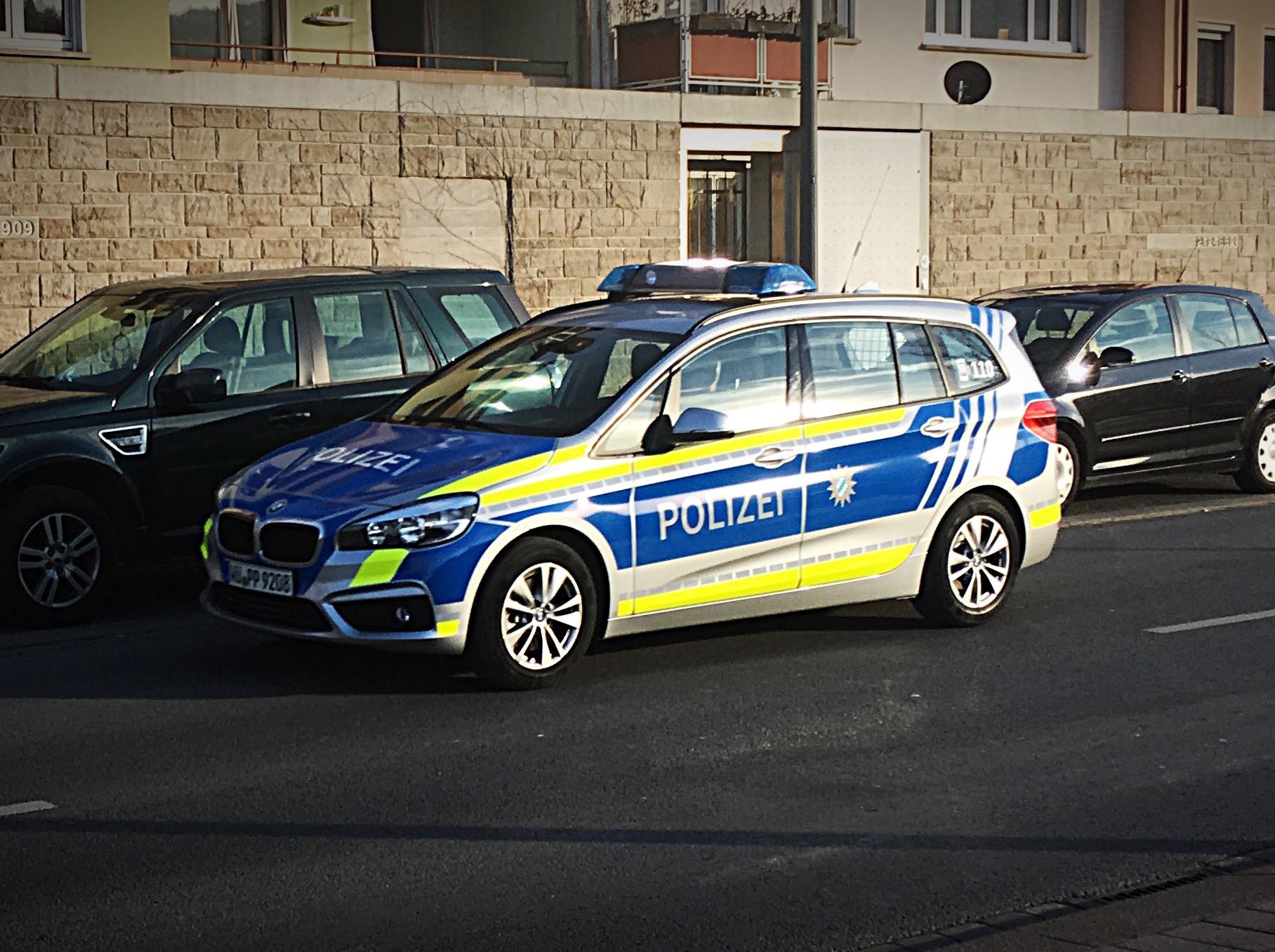 bmw 2er gran tourer im ende 2016 eingefhrten blauen design mit gelben vesba warnmarkierungen - Bewerbung Polizei Bayern