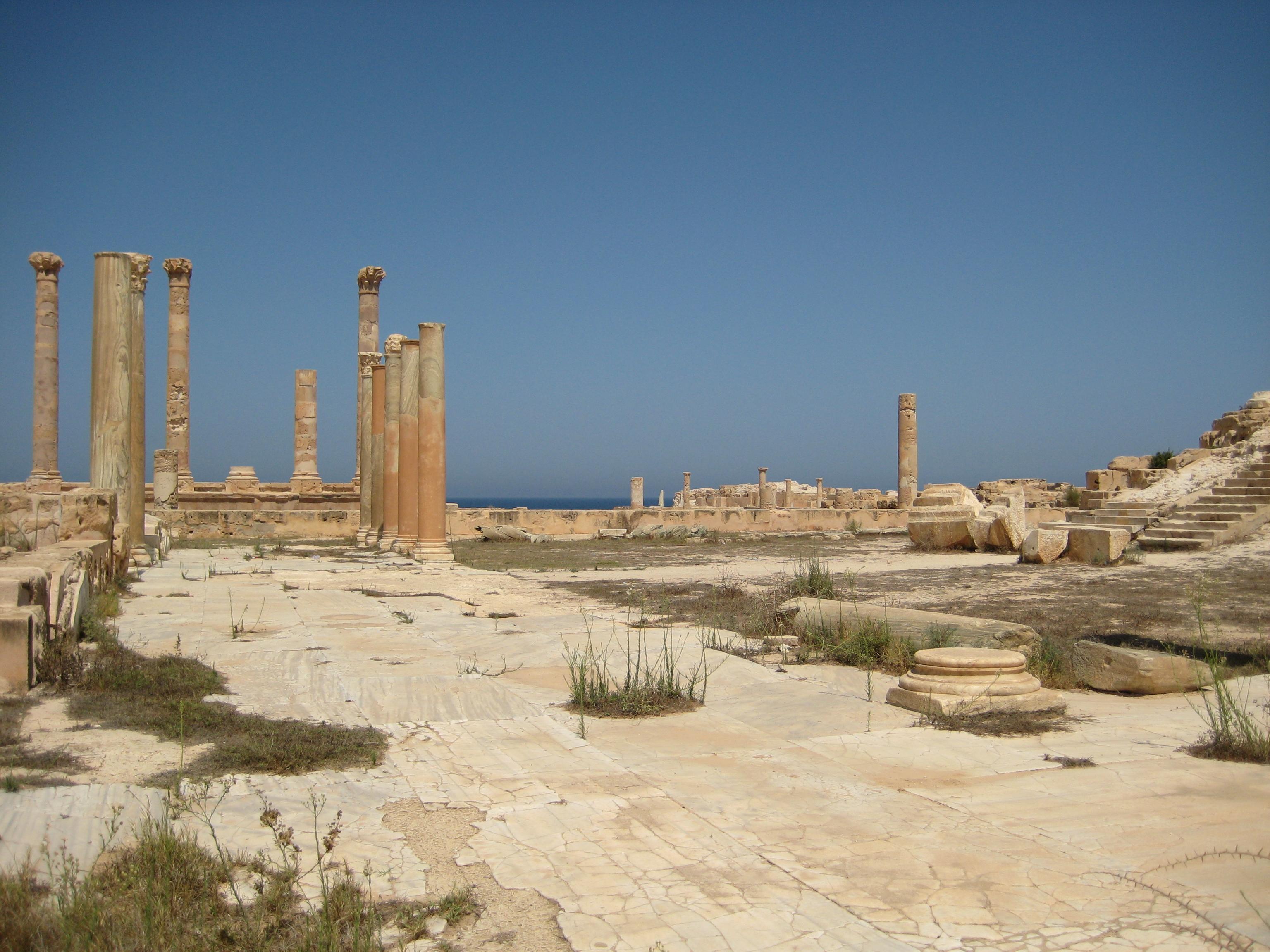 https://upload.wikimedia.org/wikipedia/commons/8/8f/Portic_Antonine_Temple_Sabratha.JPG