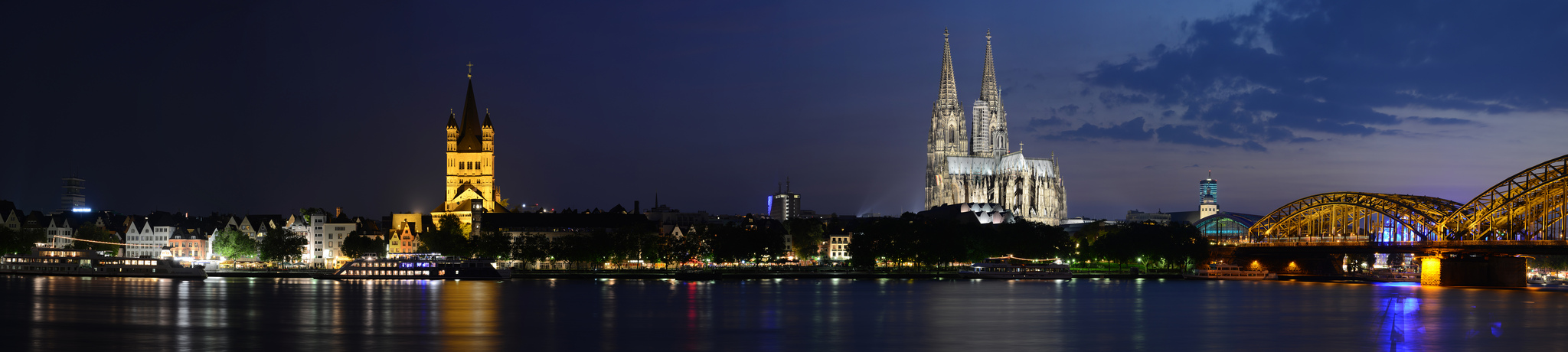 Kölner Rheinufer bei Nacht