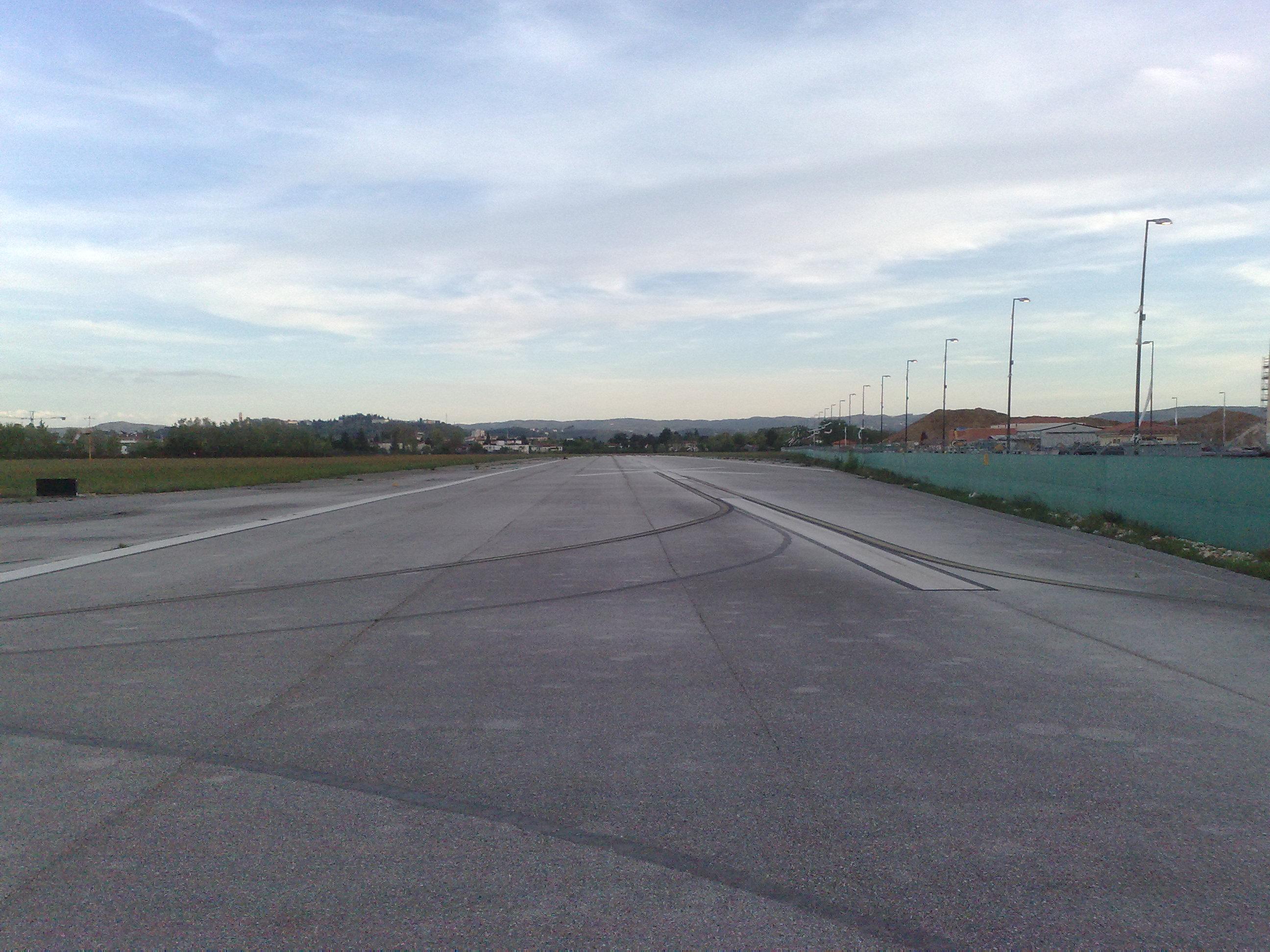 Aeroporto Vicenza : File segnale pista chiusa aeroporto vicenza g