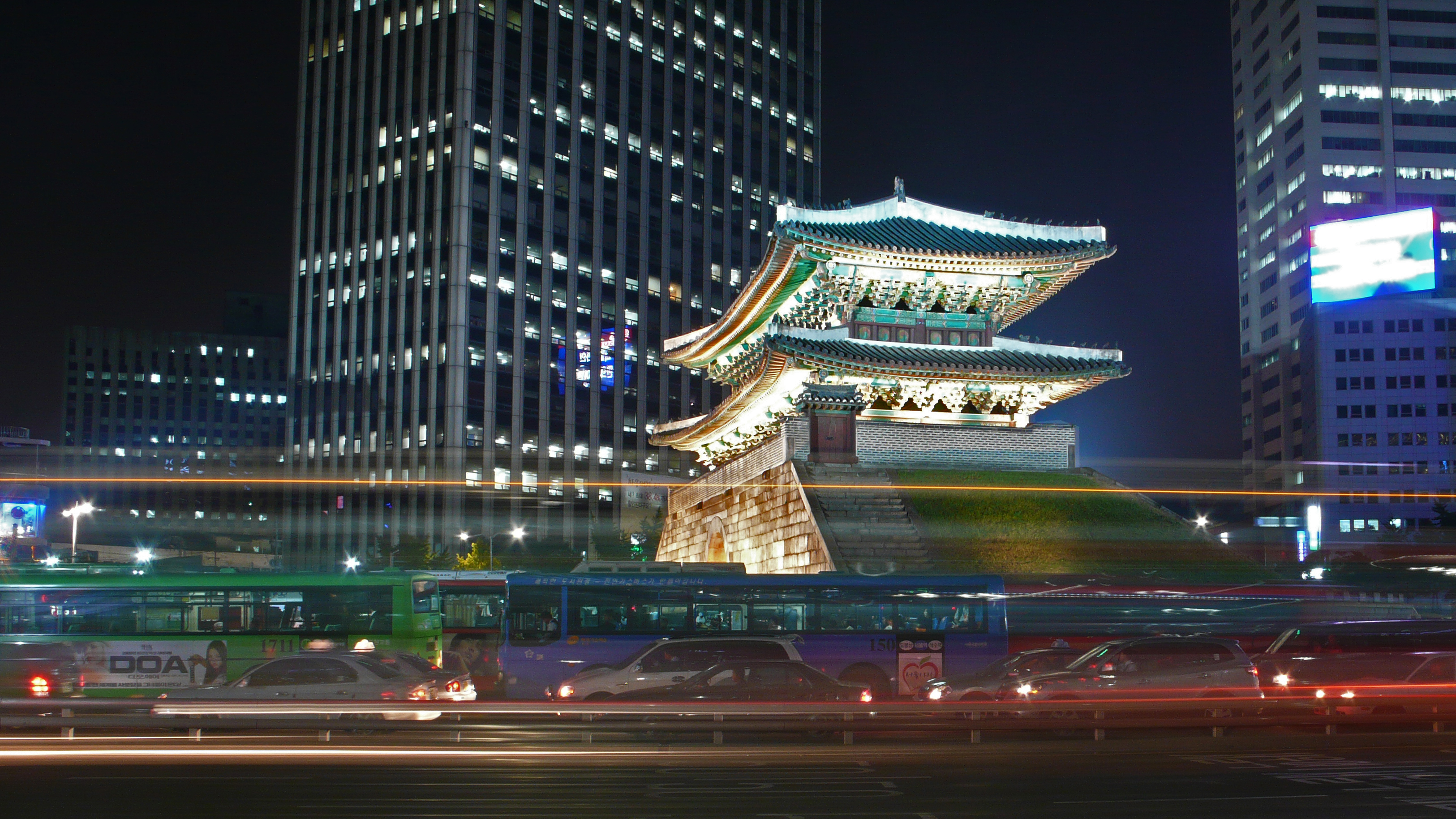 http://upload.wikimedia.org/wikipedia/commons/8/8f/Seoul-Namdaemun-at.night-02.jpg