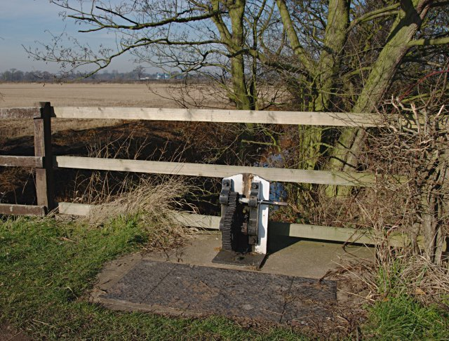 Sluice, Trent and Mersey Canal - geograph.org.uk - 690157