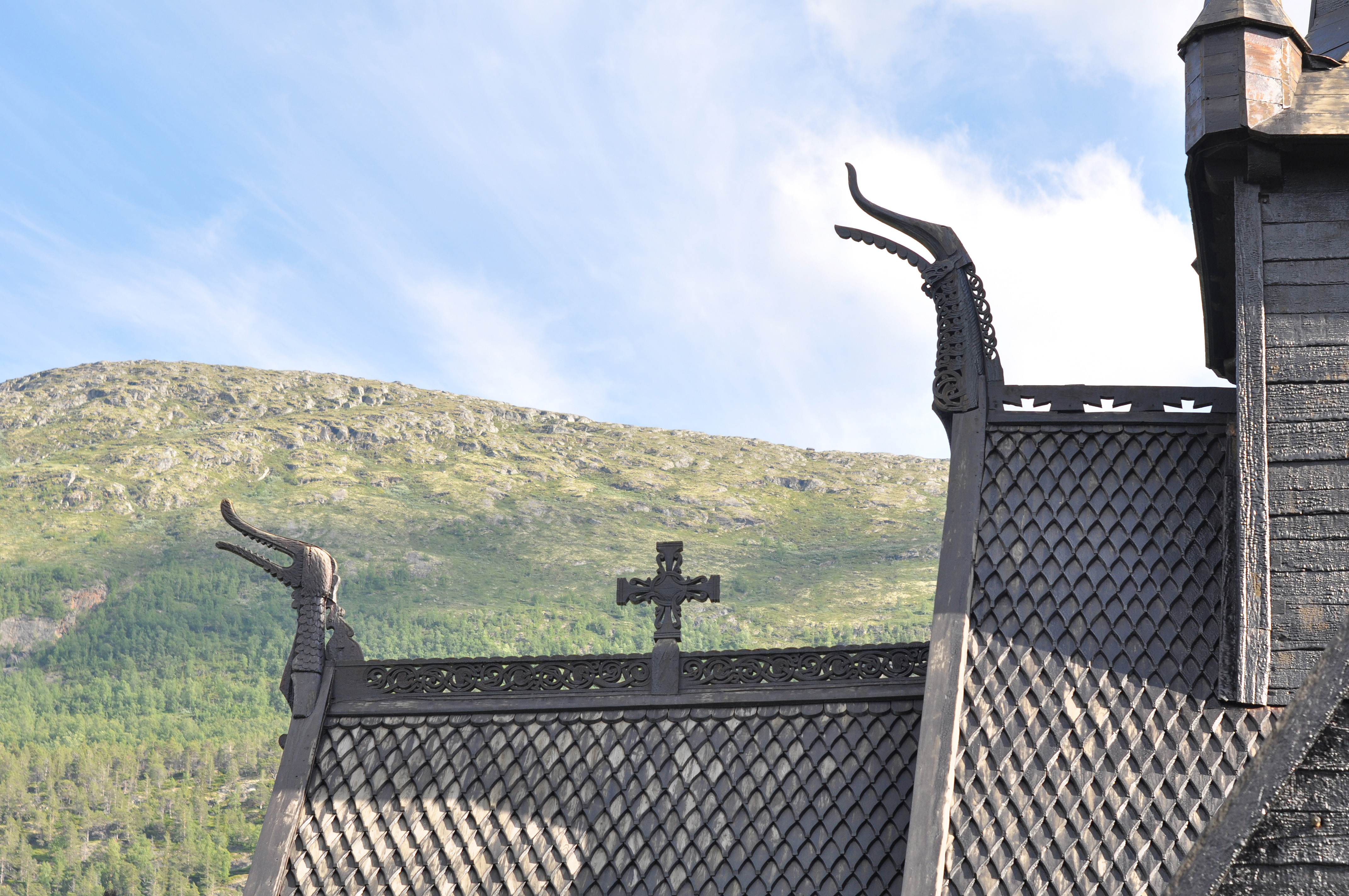 File:Stave church Lom, dragon heads.jpg - Wikimedia Commons
