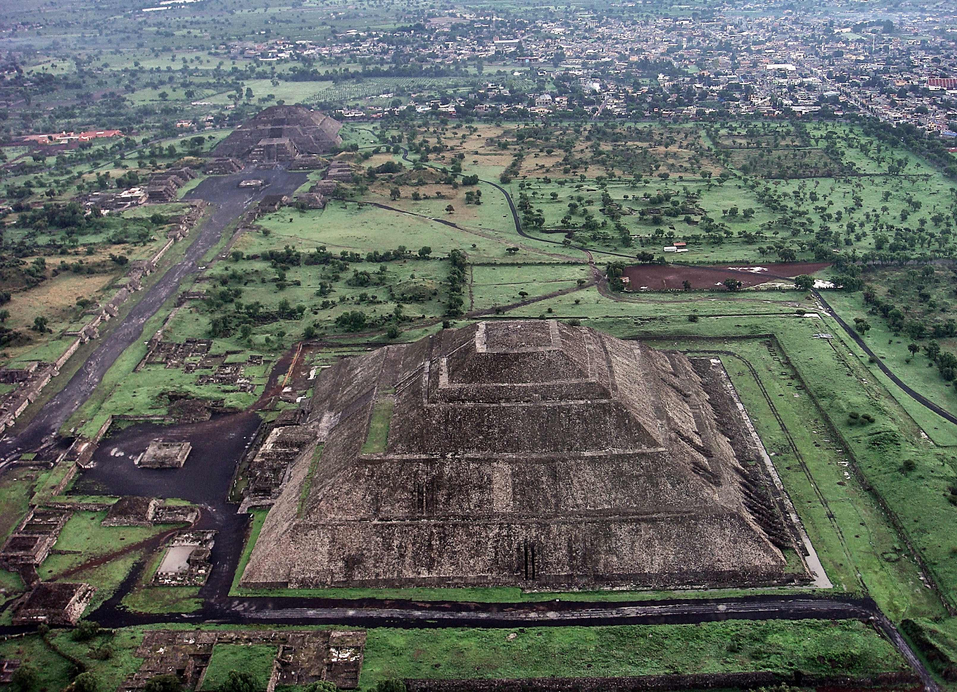 a history and description of teotihuacan Teotihuacan the ancient ruins of teotihuacan (teh-oh-tee-wa-can) have fascinated visitors for centuries this amazing archaeological treasure is located on the central highland plateau of mexico, surrounded by mountains and much mystery.