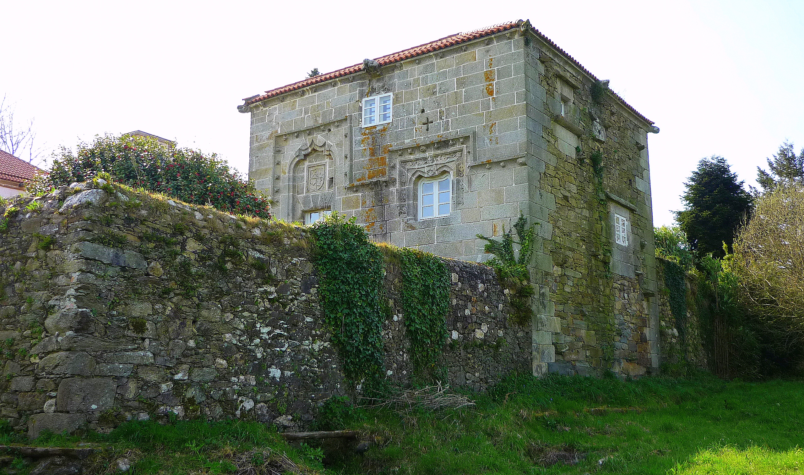 https://upload.wikimedia.org/wikipedia/commons/8/8f/Torres_do_Allo%2C_Zas.jpg