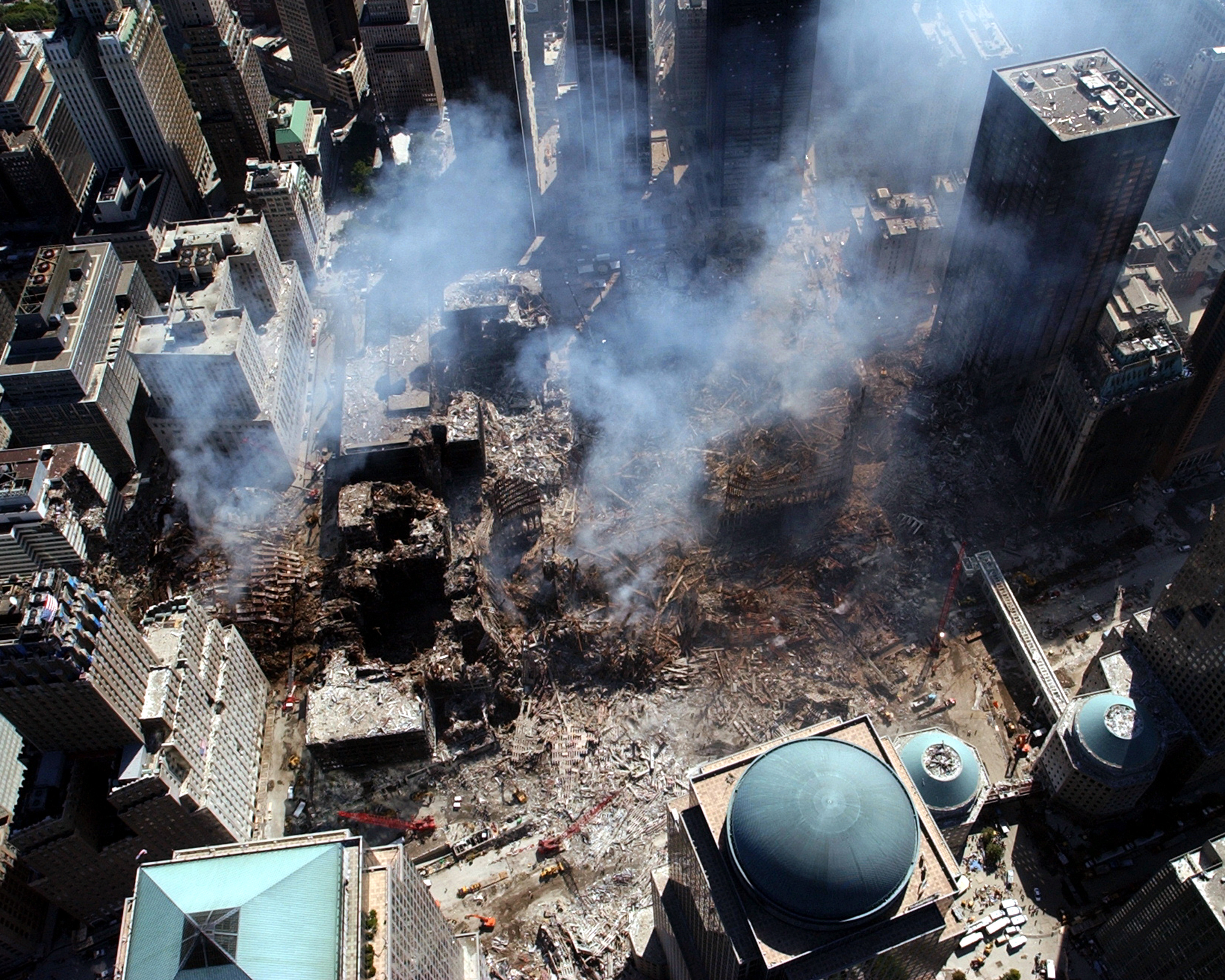 http://upload.wikimedia.org/wikipedia/commons/8/8f/US_Navy_010917-N-7479T-508_World_Trade_Center_collapse.jpg