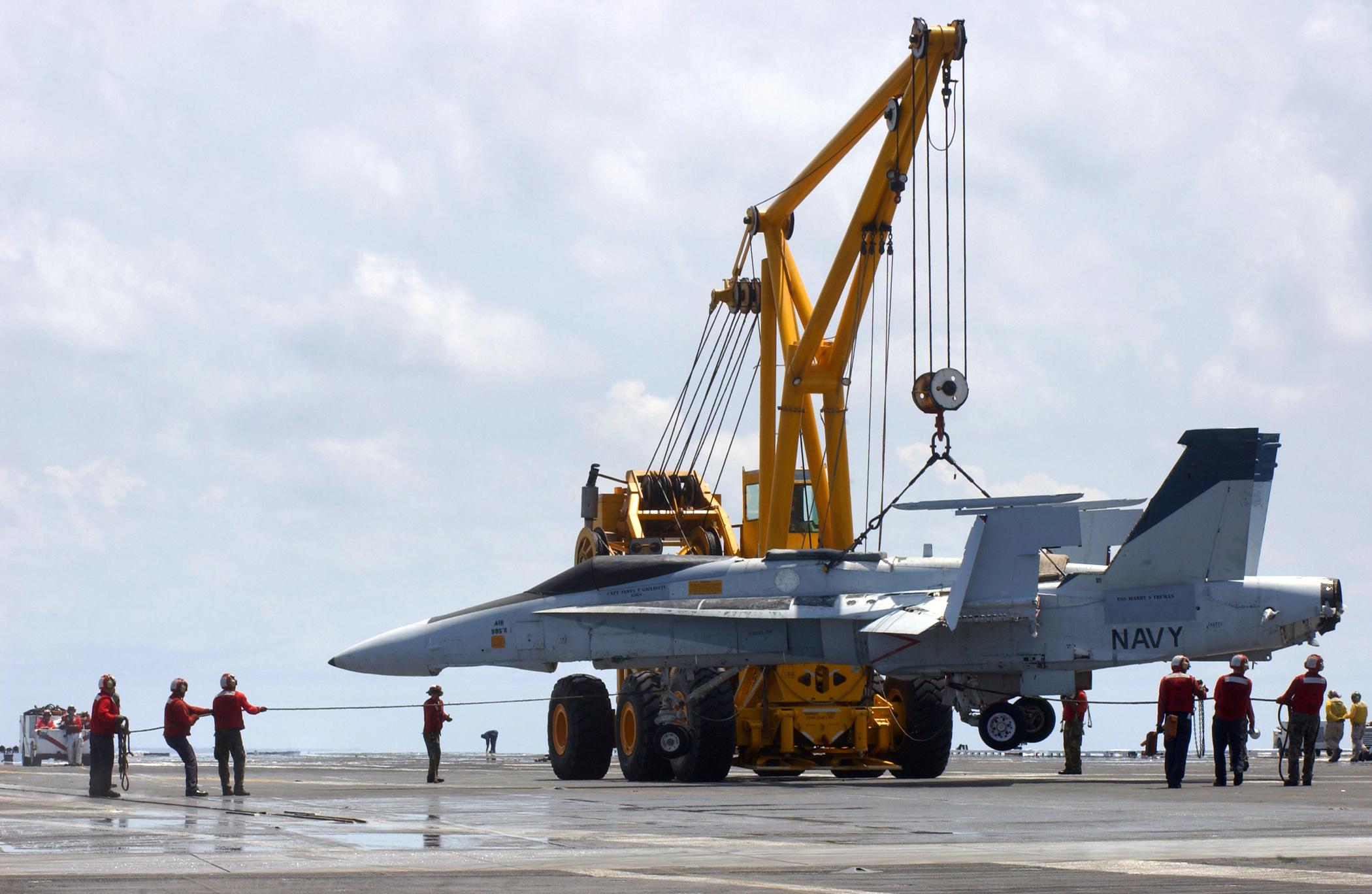 - عن الطائرات المقاتلة  US_Navy_050802-N-5345W-039_Crash_and_Salvage_division_personnel_stabilize_a_training_airframe_as_it_is_removed_from_the_landing_area_by_the_emergency_heavy_lift_crane_Tilly