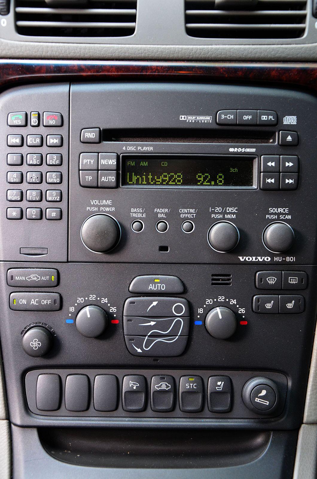 File:Volvo S80 2.4T 2002 Blue, centre console..jpg - Wikimedia Commons