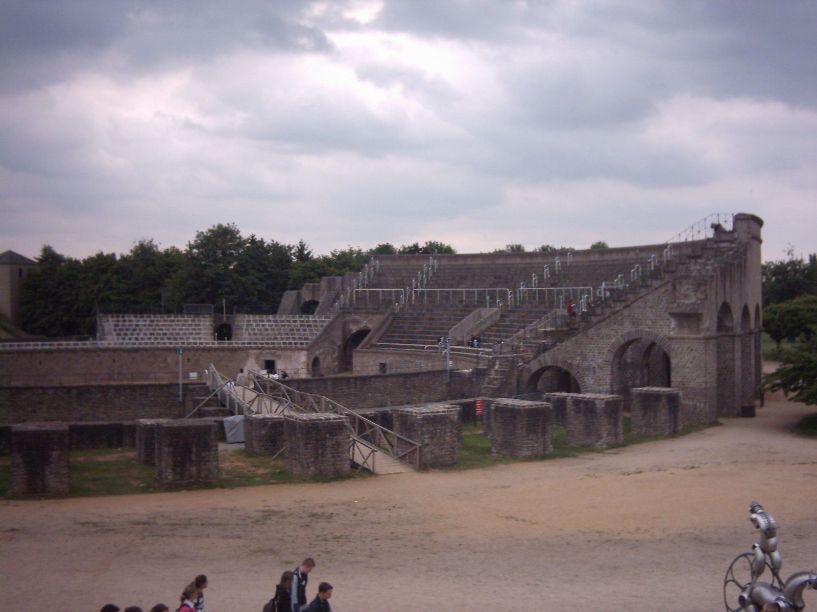File xanten apx amphitheater jpg wikimedia commons for Lampen xanten birten