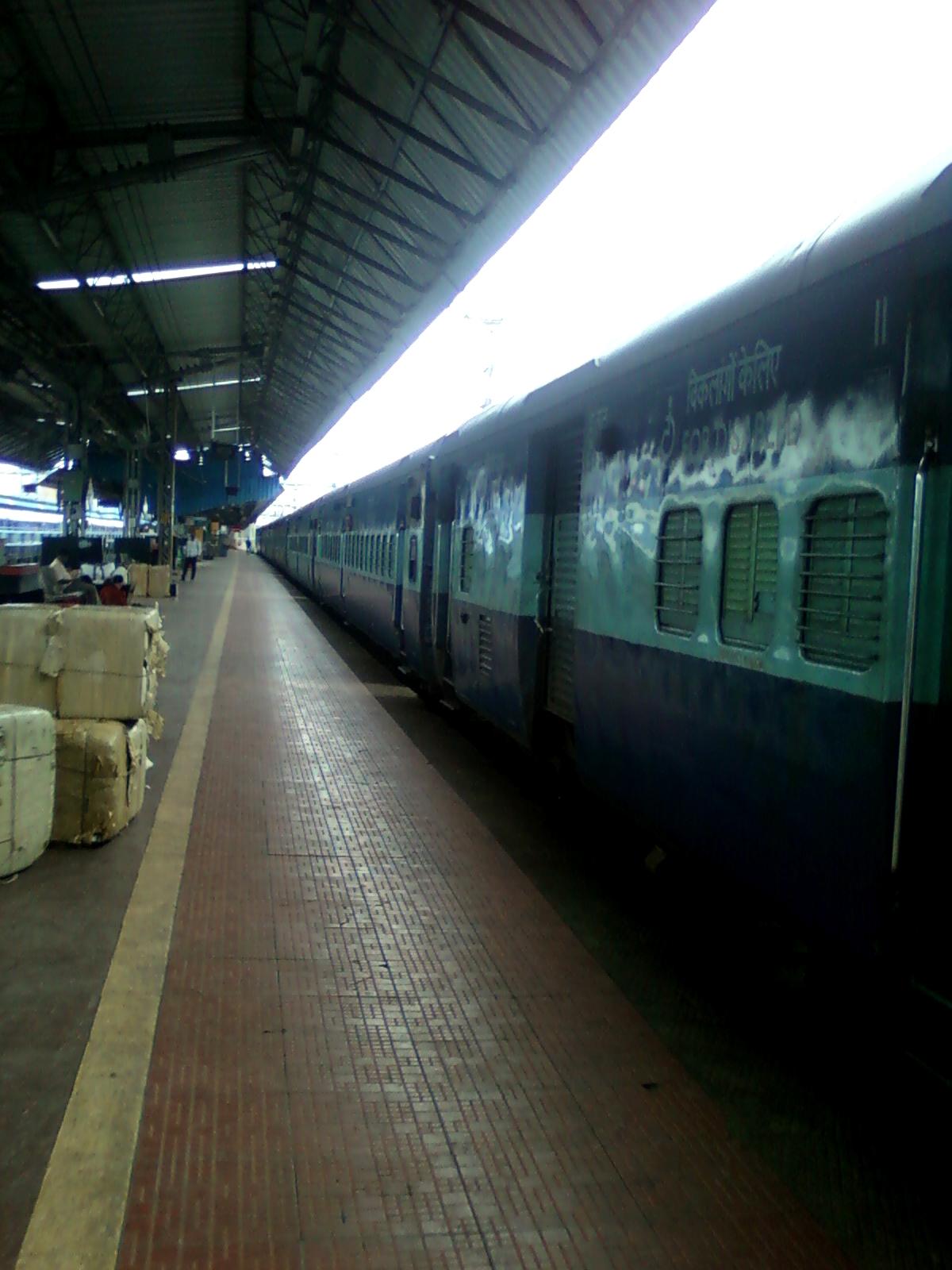 File:17488 Tirumala Express at Visakhapatnam 05.jpg