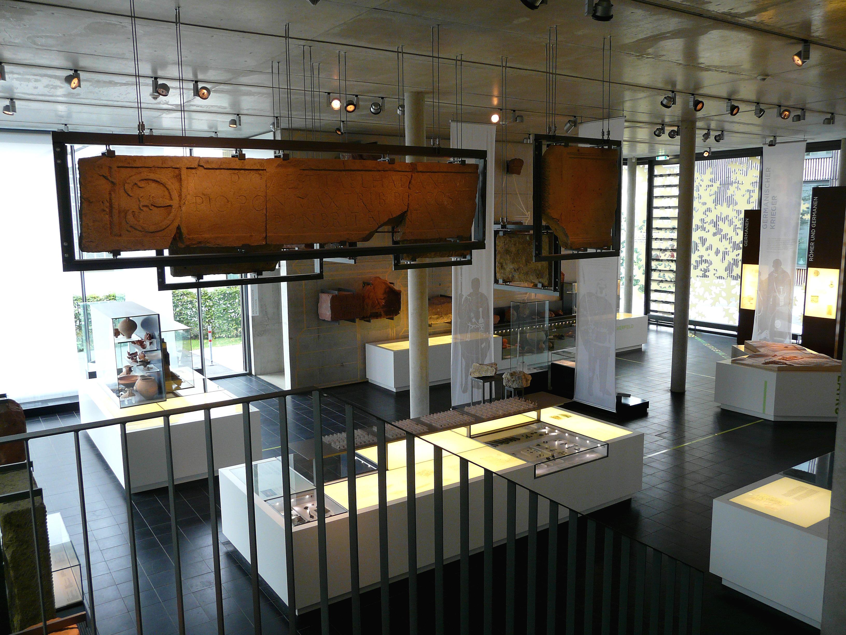 Ausstellungsraum im Erdgeschoss des Römermuseums Osterburken 2009 - Quelle: WikiCommons © Hartmann Linge, Wikimedia Commons, CC-by-sa 3.0