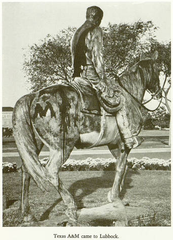 La statue « Riding Into the Sunset » vandalisée en 1969.