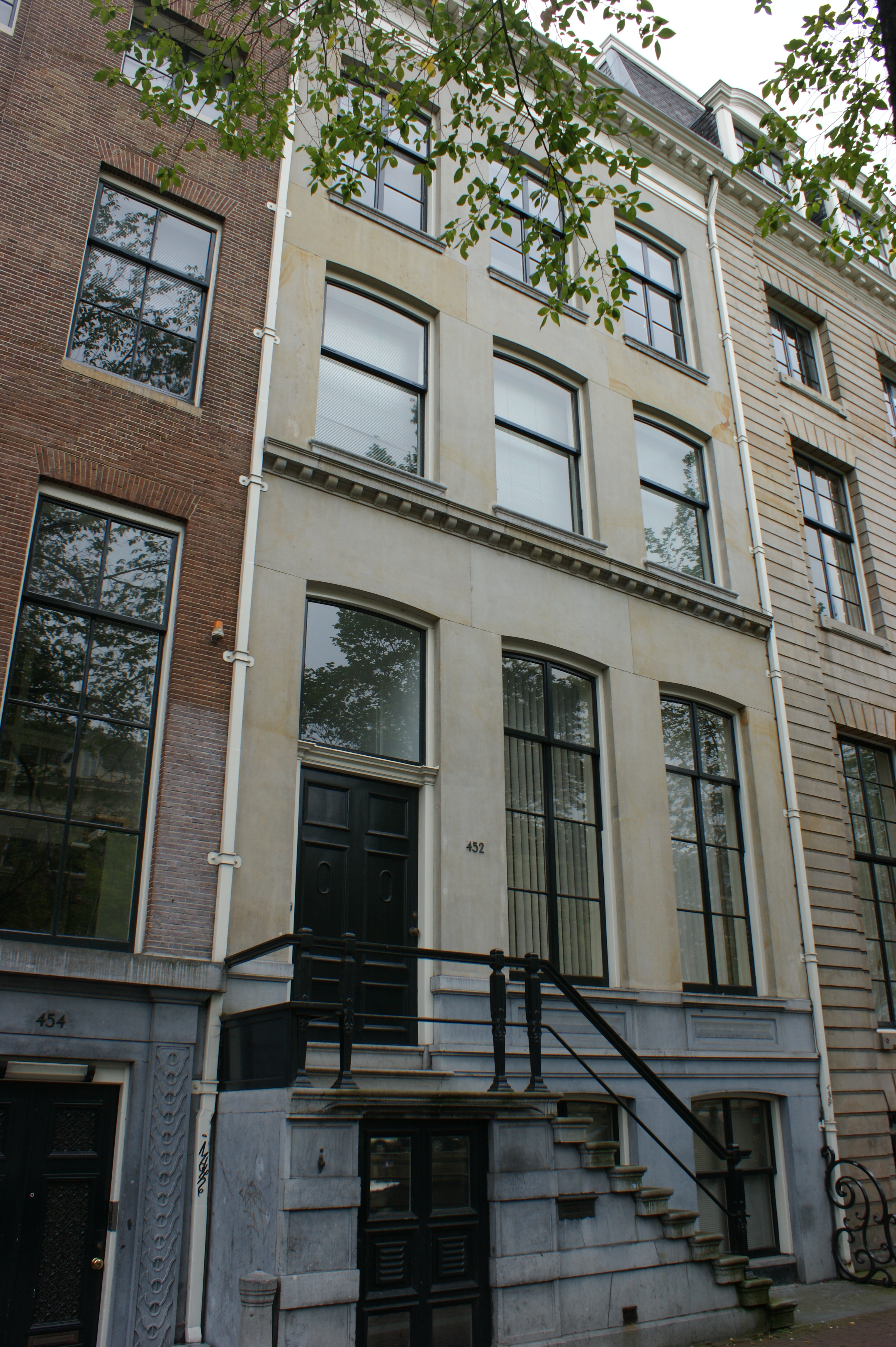 huis met zandstenen gevel onder rechte lijst in amsterdam