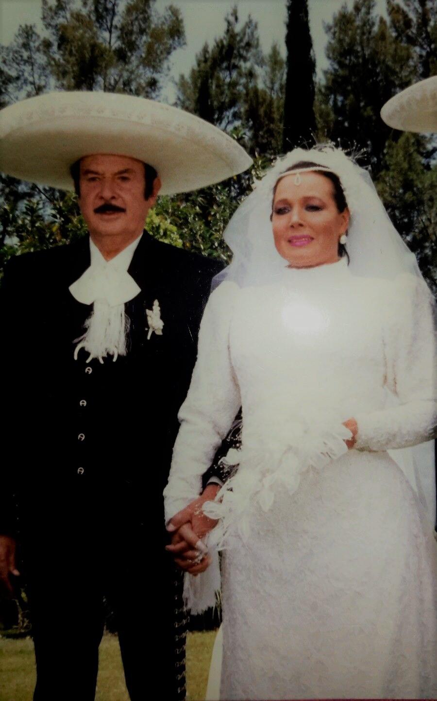 Archivo:Antonio Aguilar and Flor Silvestre on their wedding day.jpg -  Wikipedia, la enciclopedia libre