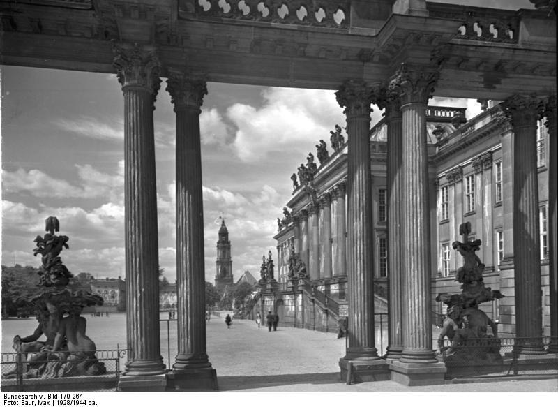 File:Bundesarchiv Bild 170-264, Potsdam, Blick durch die Stadtschloß-Kolonade.jpg