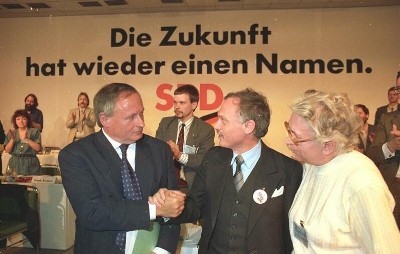 Fail:Bundesarchiv Bild 183-1990-0223-029, Leipzig, SPD-Parteitag, Lafontaine und Ibrahim Böhme.jpg