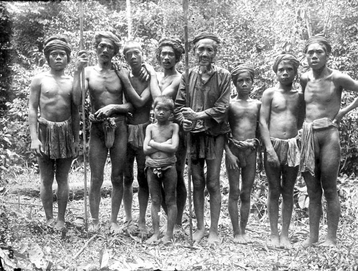 File:COLLECTIE TROPENMUSEUM Een groep mannelijke Kubu's Zuid-Sumatra TMnr 10005461.jpg