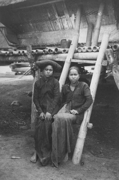 File collectie tropenmuseum portret van twee karo batak vrouwen op de trap van een huis tmnr - Huis trap ...