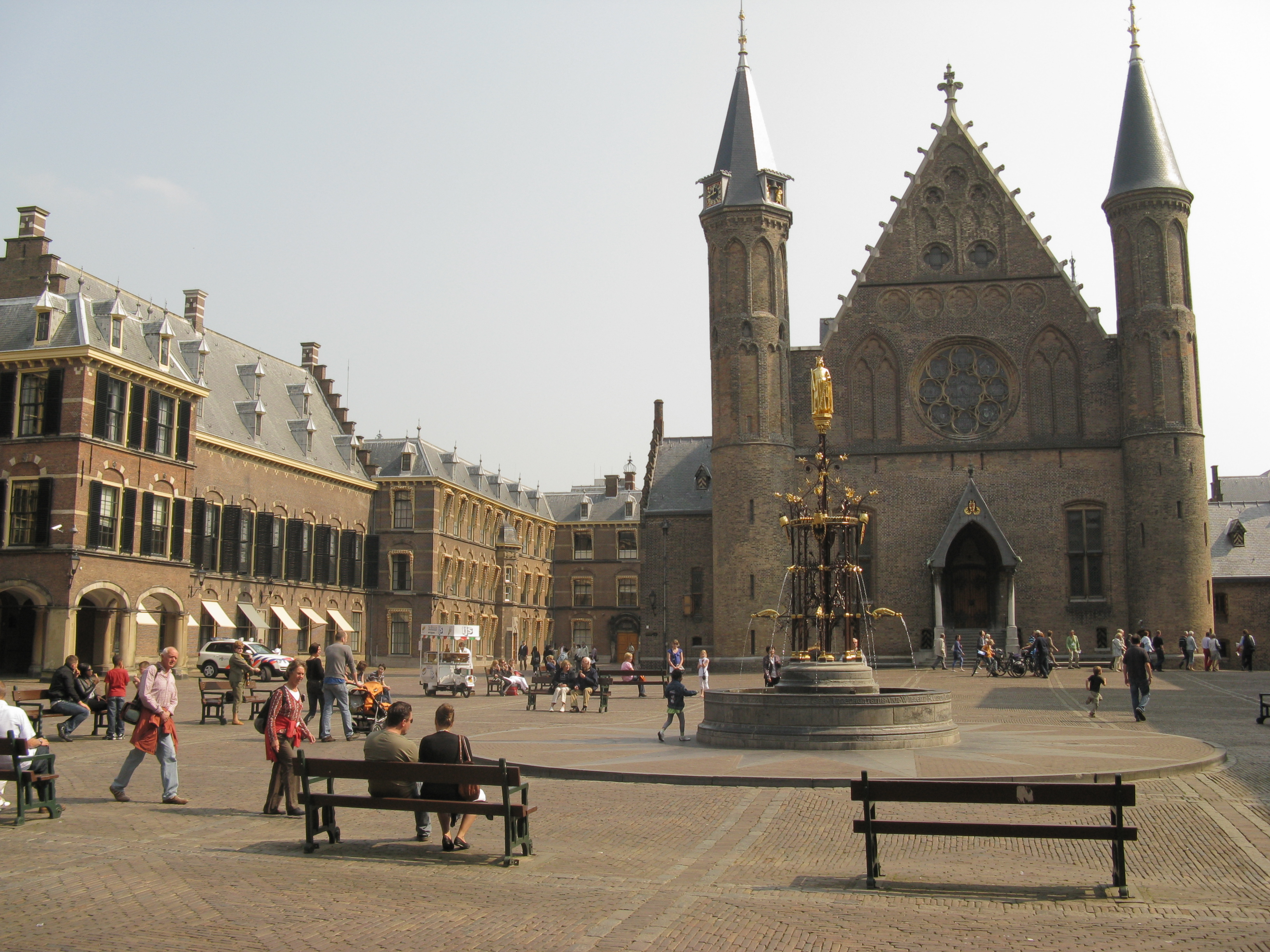 Den_Haag_Binnenhof_fontein_en_Ridderzaal