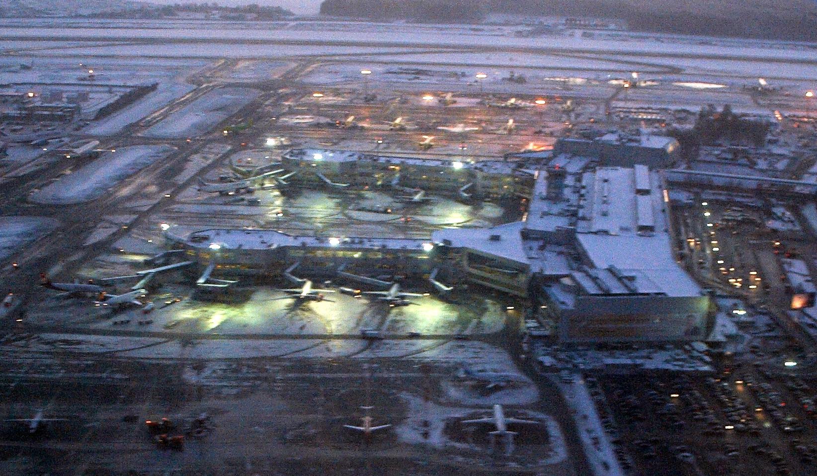 http://upload.wikimedia.org/wikipedia/commons/9/90/Domodedovo_Airport.jpg?uselang=ru