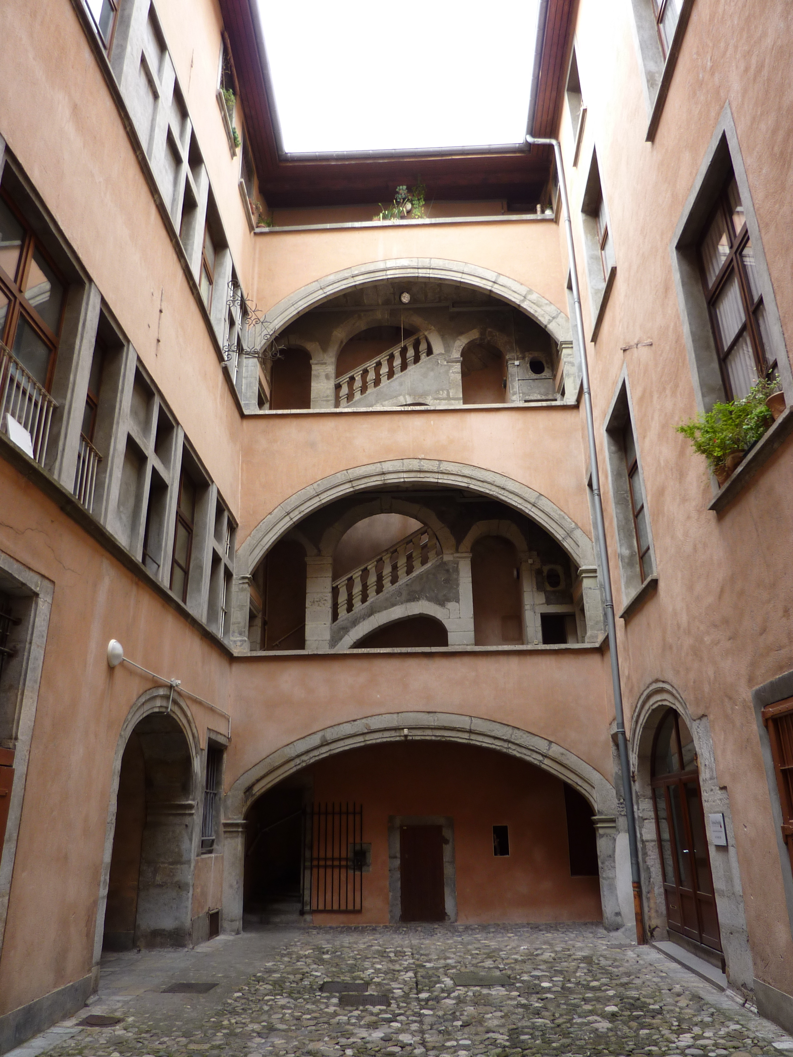file fr grenoble maison de vaucanson courtyard jpg wikimedia commons