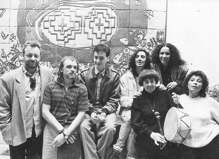 La folklorista Leda Valladares (1ra adelante) reunió una decena de músicos de varios géneros para su álbum Grito en el cielo (1989), entre ellos Carnota (2do).