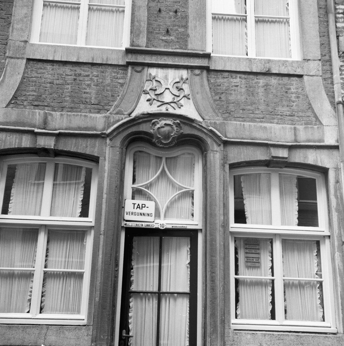 Huis met lijstgevel boven de ingang een steen met molenijzer tussen twee gekruiste takken en 17 - Huis ingang ...