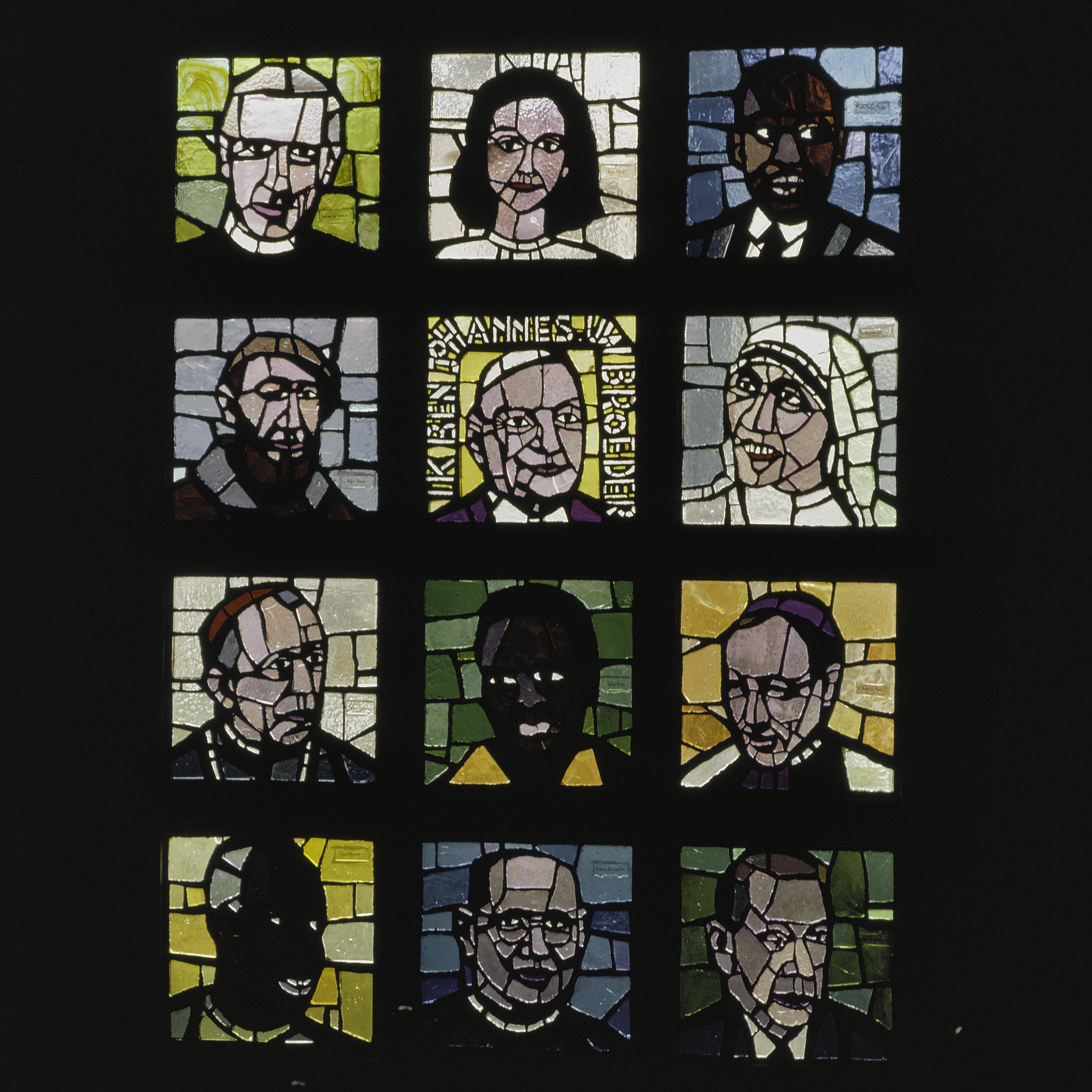 File interieur glas in betonvenster van daan wildschut afbeeldingen van moderne heiligen uit for Interieur moderne