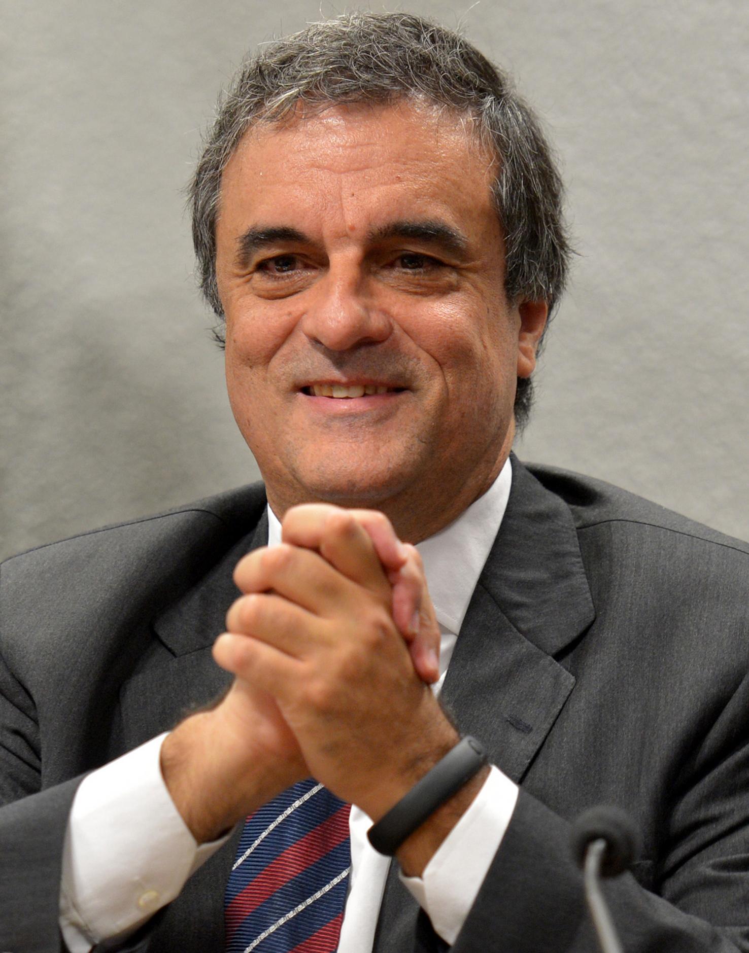 https://upload.wikimedia.org/wikipedia/commons/9/90/Jose_Eduardo_Cardozo_15mai2013.jpg