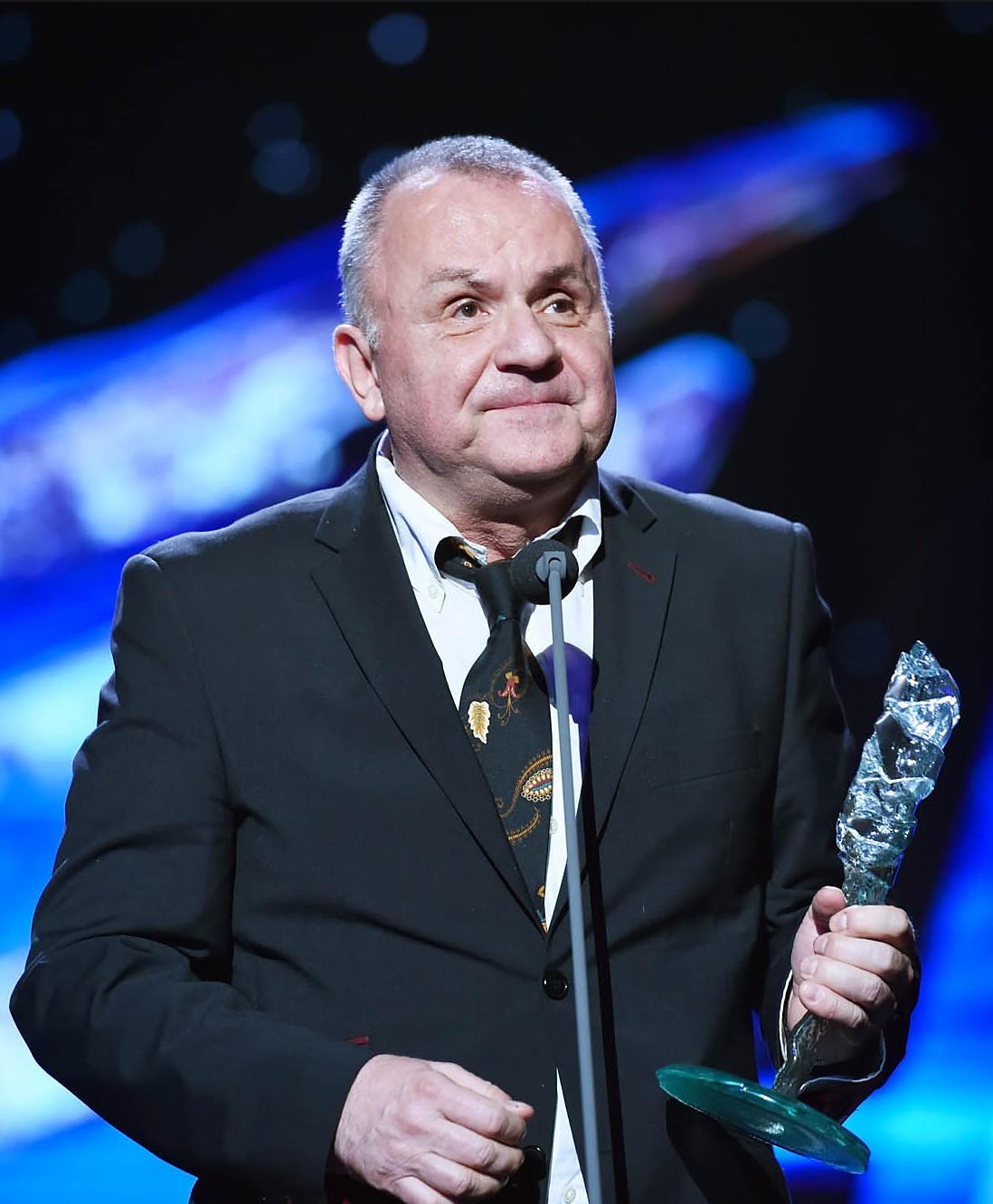 Jožo Ráž pri preberaní ceny Krištáľové krídlo za rok 2015