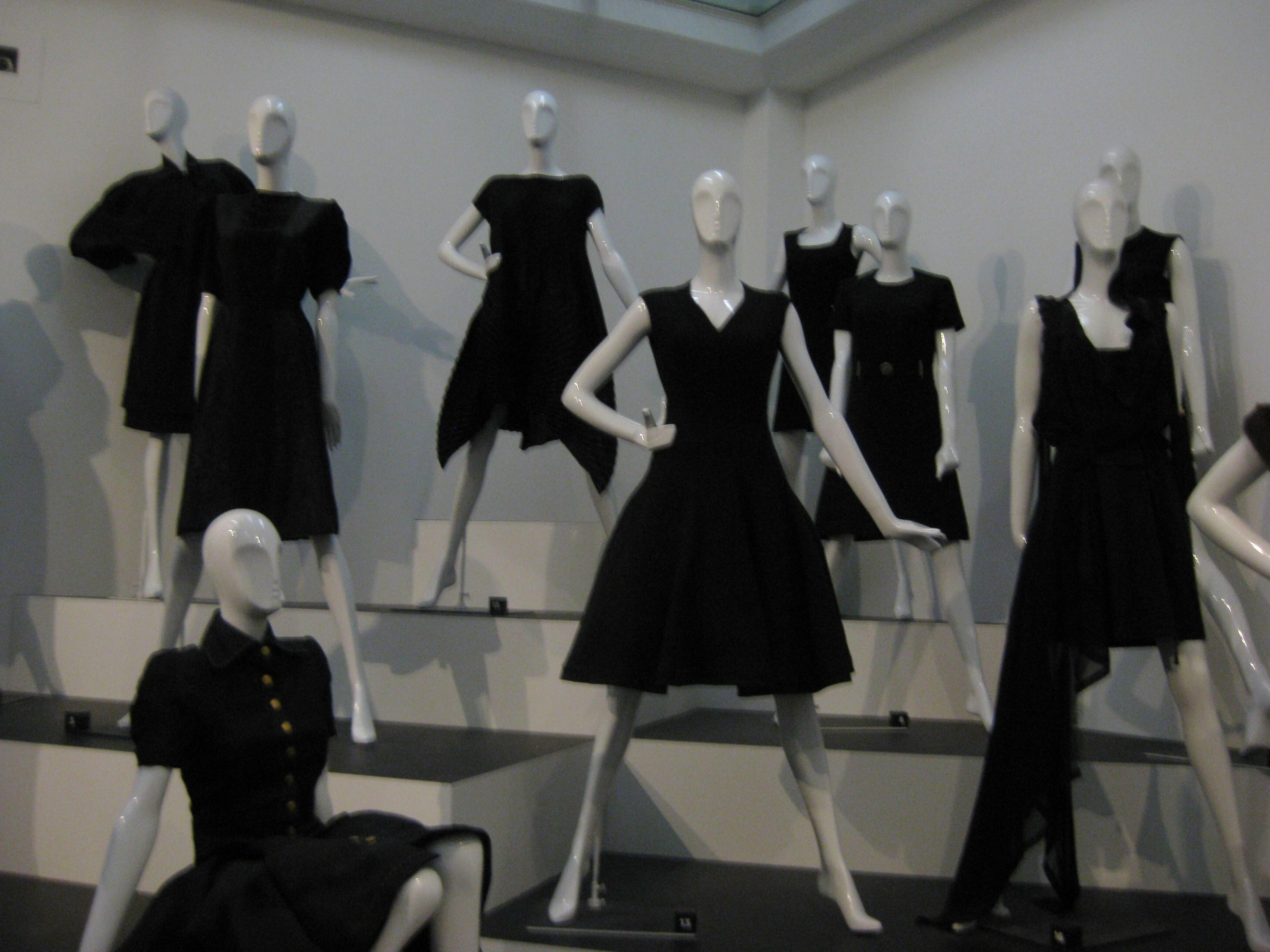 File:Klein zwart jurkje.JPG